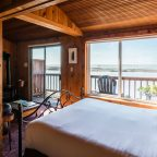 Cabin 4 bed with ocean view in the window